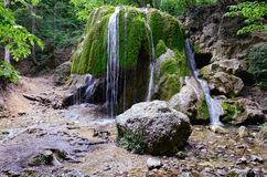 De waterval van de lente in Krimbergen Stock Foto's