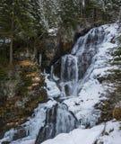 De waterval van de winter in bergen Stock Foto