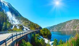 De waterval van de zomerlangfossen (Noorwegen) Royalty-vrije Stock Fotografie