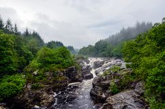 De waterval van Easurchaidh op rivier Orchy, Schotland Royalty-vrije Stock Foto's