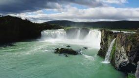 De waterval van Godafoss in IJsland stock video