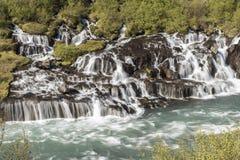 De Waterval van Hraunfossar in IJsland stock foto's