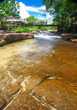 De waterval van Kbalchhay in Khan Prey Nup over 16 kilometers het noorden wordt gevestigd van Sihanoukville die van de binnenstad royalty-vrije stock fotografie