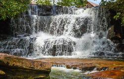 De waterval van Kbalchhay in Khan Prey Nup over 16 kilometers het noorden wordt gevestigd van Sihanoukville die van de binnenstad stock foto's