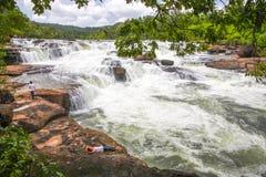 De waterval van Ta Tai in koh kong provincie in koninkrijk van Kambodja dichtbij de grens van Thailand Stock Foto's