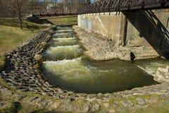 De Waterval van de tredenvorm met rotsweg en houten brug royalty-vrije stock fotografie