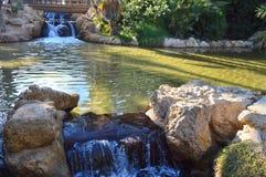 De watervallen en het meer in Palmeral-park Alicante Stock Foto