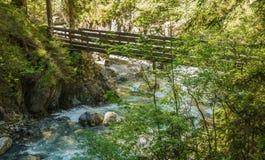 De watervallen Stanghe Gilfenklamm localed dichtbij Racines, Bolzano in Zuid-Tirol, Italië Houten bruggen en banenlood door royalty-vrije stock foto