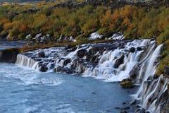 De Watervallen van Hraunfossarbarnafoss op het Gebied IJsland van Husafell Reykholt Stock Foto