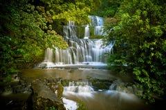 De Watervallen van Purakaunui stock foto's