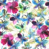 De waterverfvlinders in bloemen vatten naadloos patroon samen Stock Foto's