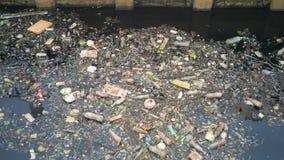 De watervervuiling voert Vuil huisvuil in kanaal uit royalty-vrije stock fotografie