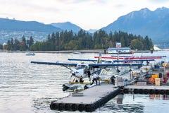 De Watervliegtuigen van de havenlucht op het Centrum dat van de de Havenvlucht van Vancouver worden gedokt royalty-vrije stock foto