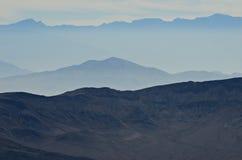 De wazige bergen van de doodsvallei Stock Afbeeldingen