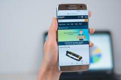 De website van Amazoni? op mobiel wordt geopend die royalty-vrije stock foto