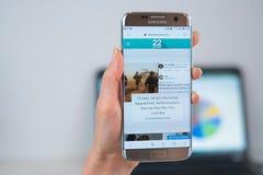 De website van Twentytwowoorden die op mobiel wordt geopend stock foto's