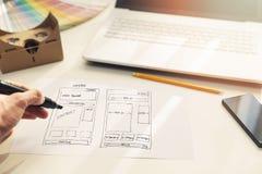 De websiteontwikkeling van de ontwerpertekening wireframe op papier royalty-vrije stock foto