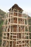 De wederopbouw van toren in Kvavlo-dorp Tushetigebied (Georgië) stock fotografie