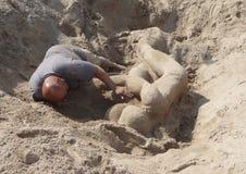 De wedstrijdwinnaar Gary Feliciano creeert zandbeeldhouwwerk op het Coney Island-Strand tijdens het 27ste Jaarlijkse Coney Island Stock Fotografie
