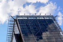 De weerspiegelde Bedrijfsbureaubouw met cloudly hemelspiegel Royalty-vrije Stock Afbeeldingen
