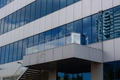De weerspiegelde Bedrijfsbureaubouw met cloudly hemelspiegel Stock Foto