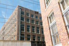 De weerspiegelde bouw met bezinning Stock Afbeelding