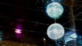 De weerspiegelde discoball lichte flitsen van de discobal stock videobeelden
