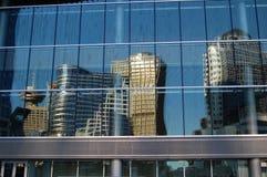 De weerspiegelde gebouwen van Vancouver Stock Foto's