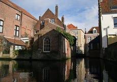 De weerspiegelde huizen van Brugge, kanaalmening Royalty-vrije Stock Foto's