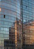 De weerspiegelde voorgevel van het moderne gebouw stock afbeeldingen