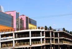 De weerspiegelde Zaken gekleurde bureaubouw met parkeren Stock Afbeelding