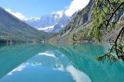 De weerspiegeling van de bergen Skazka en Krasavitsa-Verhaal en Mooi in een Groot Shavlinskoye-meer, Altai-bergen, Rusland stock foto's