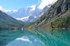 De weerspiegeling van de bergen Skazka en Krasavitsa-Verhaal en Mooi in een Groot Shavlinskoye-meer, Altai-bergen, Rusland royalty-vrije stock foto