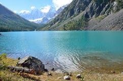 De weerspiegeling van de bergen Skazka en Krasavitsa-Verhaal en Mooi in een Groot Shavlinskoye-meer, Altai-bergen, Rusland stock foto