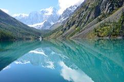 De weerspiegeling van de bergen Skazka en Krasavitsa-Verhaal en Mooi in een Groot Shavlinskoye-meer in zonnige dag, Altai-mounta Stock Afbeeldingen