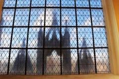De weerspiegeling van hoofdingang van Kerk van Onze Dame en Heilige John royalty-vrije stock foto's