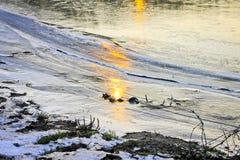 De weerspiegeling van zonlicht op de ijzige kust Stock Foto's