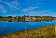 De weerspiegelingen van de hete Luchtballon van een festival op een September-Dag Stock Foto