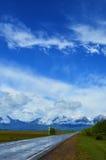 De weg aan bergen na een regen Royalty-vrije Stock Foto