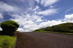 De weg aan blauwe hemel. Stock Afbeelding