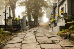 De weg aan de begraafplaats Stock Afbeeldingen