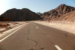 De weg aan de bergen Royalty-vrije Stock Afbeeldingen
