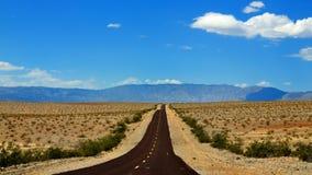 De weg aan de Vallei, Californië & Nevada van de Dood stock foto