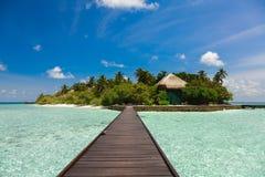 De weg aan het eiland over het water Royalty-vrije Stock Fotografie