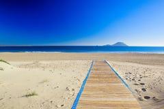 De weg aan het zandige strand Stock Foto