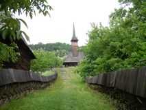 De weg aan de houten kerk royalty-vrije stock afbeelding