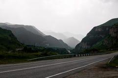 De weg aan Kabardino-Balkarië onder de machtige bergen van de Kaukasus royalty-vrije stock foto's