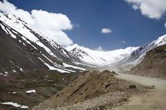 De weg aan Khardung-Pas, Ladakh, India stock afbeeldingen