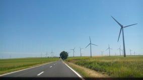De weg aan windmolens Stock Afbeeldingen