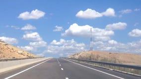 De weg aan de wolken stock footage